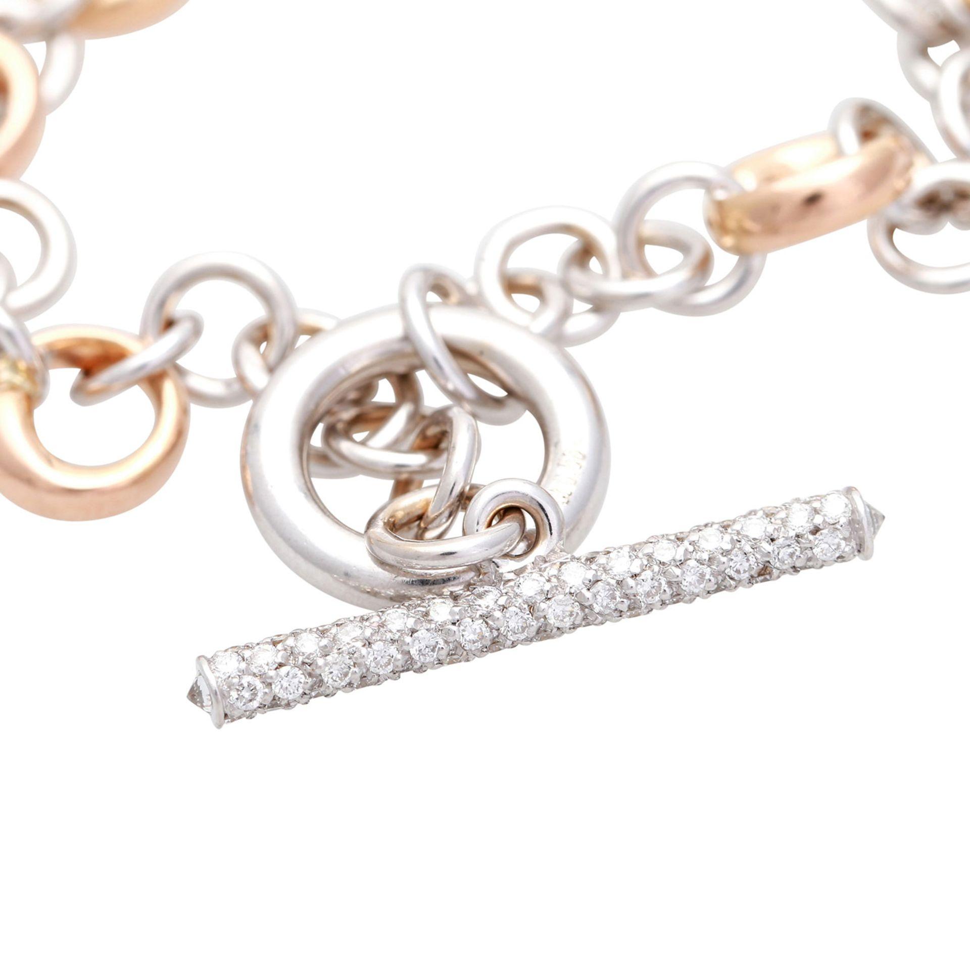 Los 41 - Armband in Bicolor mit Diamantbesatz zus. ca. 0,4 ct, GG / RG 18K mit Knebelverschluss. L: ca. 19