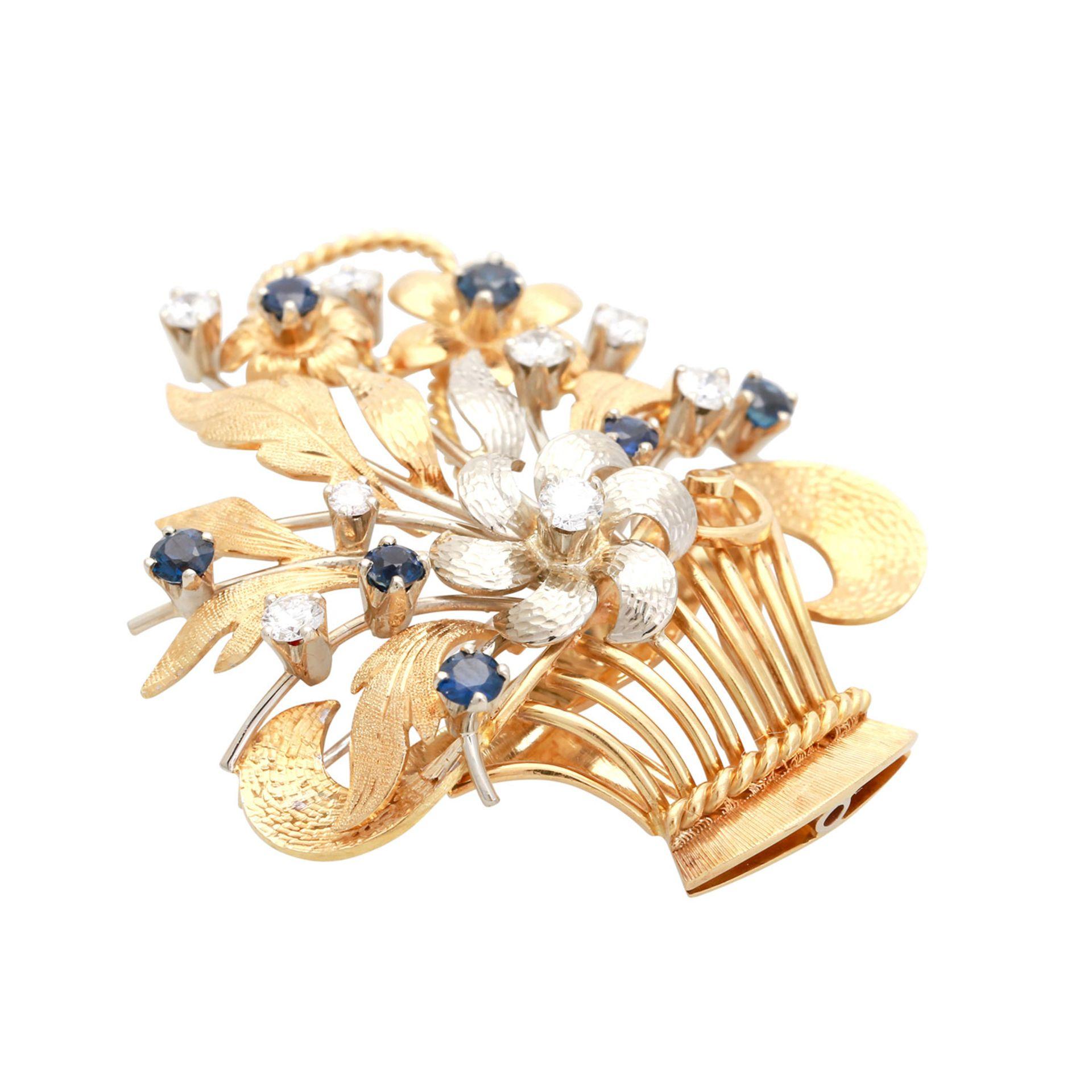 Los 76 - Brosche mit Diamanten und Saphiren in Form eines Blütenkorbs, 8 Brillanten von zus. ca. 0,45 ct.,