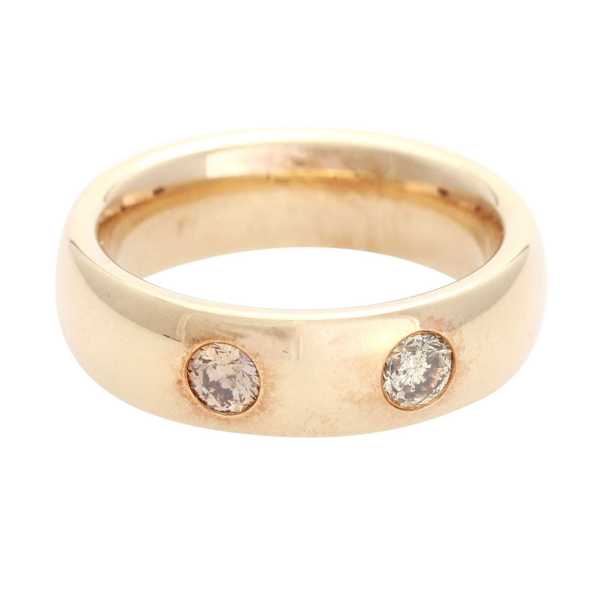 Los 175 - Ring mit 2 Diamanten, zus. ca. 0,5 ct, braun - gelbbraun / PI, GG 18K, RW 62, massiver Bandring.