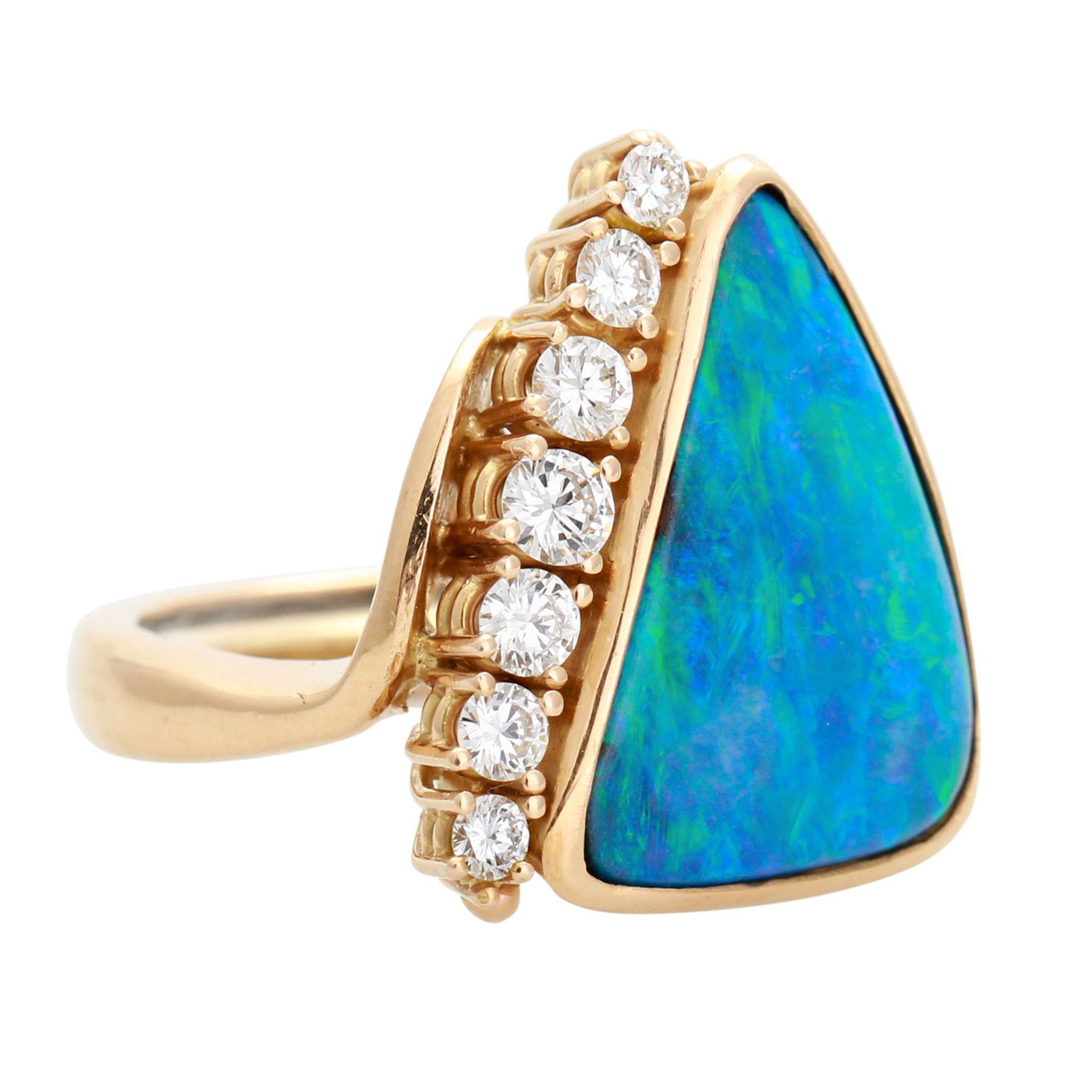 Los 74 - Ring mit Boulderopal und Diamanten, 1 feiner Opal mit grünen und blauen Farbreflexen, 7 Brillanten