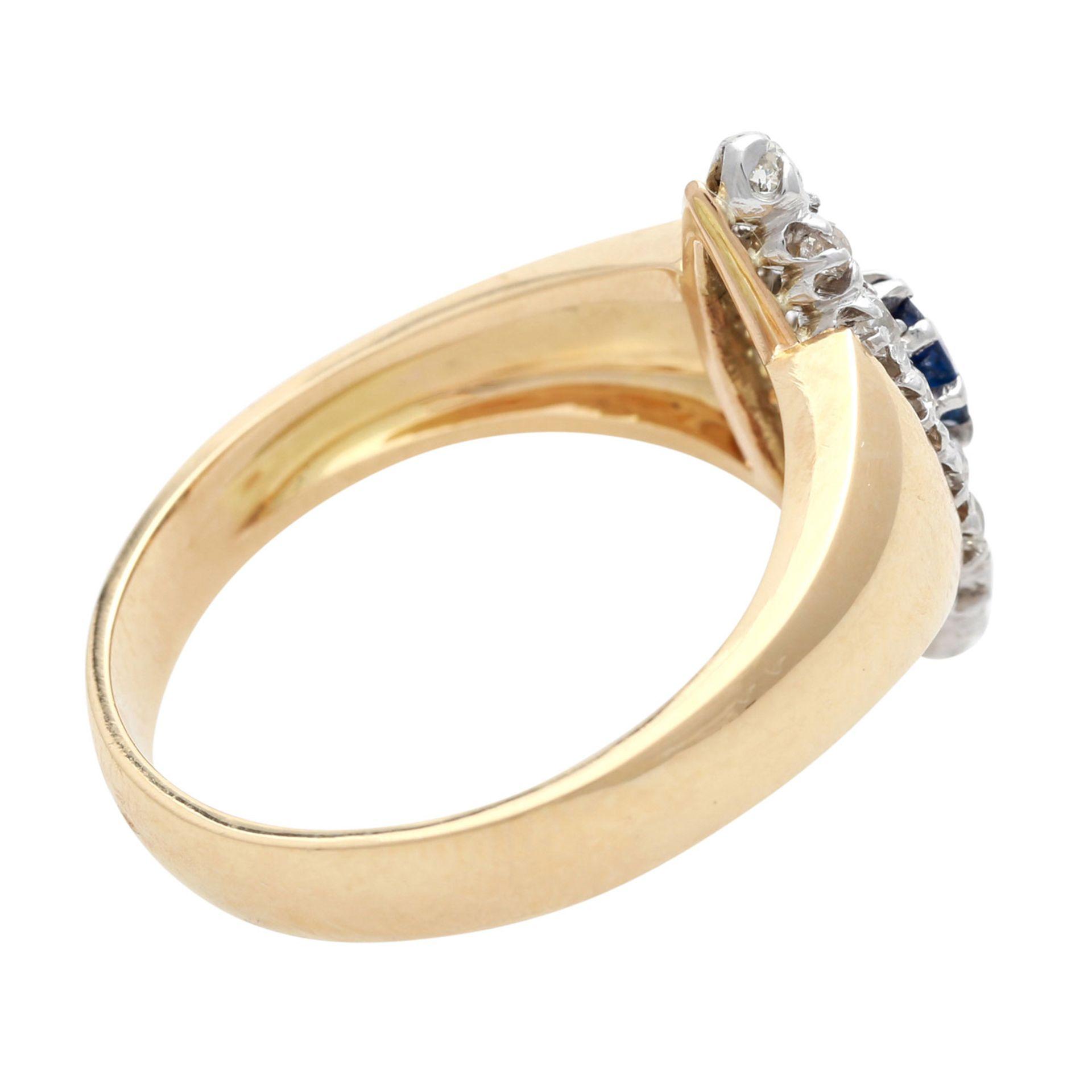 Los 173 - Ring mit 1 Saphir, ca. 0,4 ct und 16 Diamanten, Altschliff und Rosen, zus. ca. 0,5 ct, mittlerer