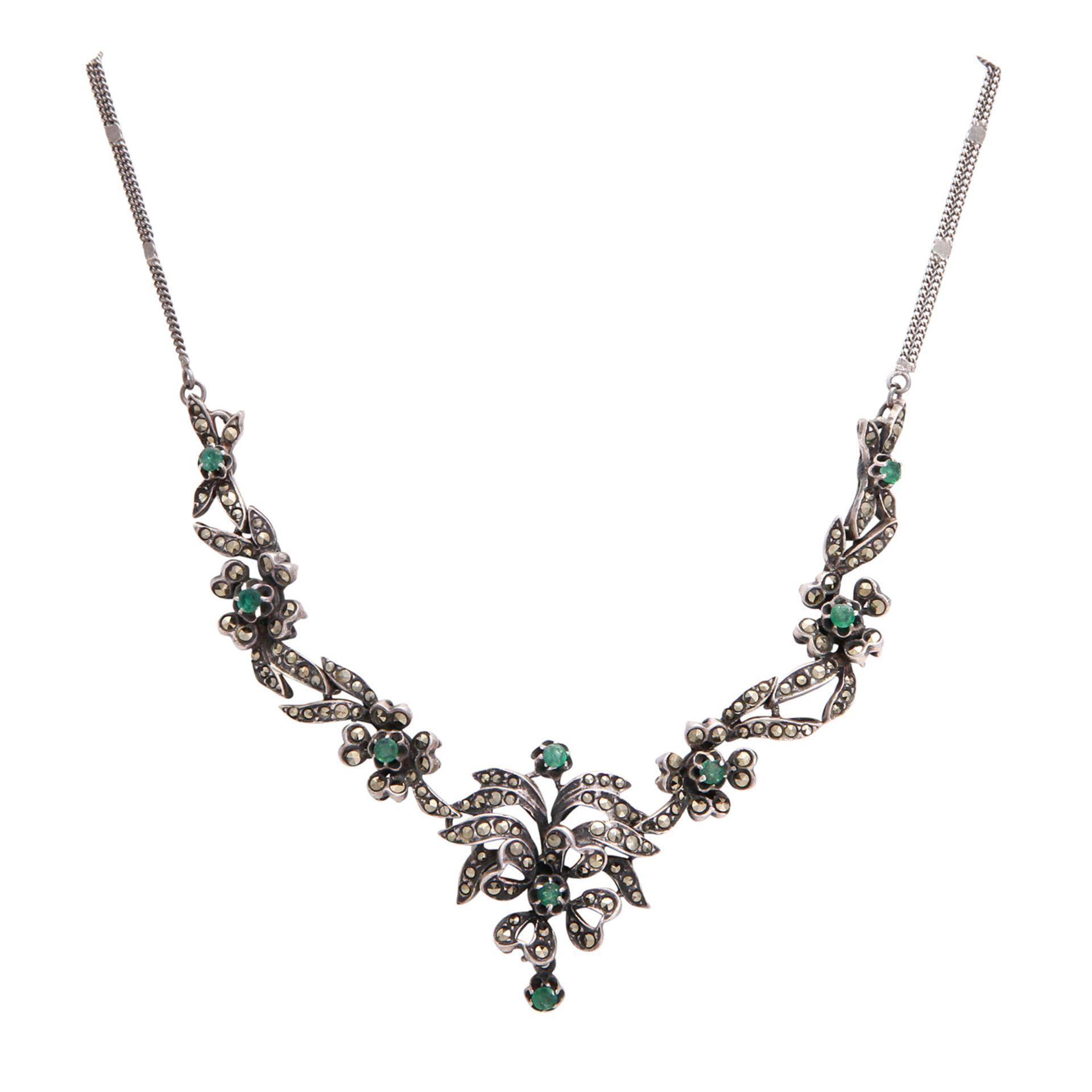 Los 56 - Collier bes. mit 9 Smaragden und Markasiten, Silber patiniert, L: ca. 51,5 cm, florales