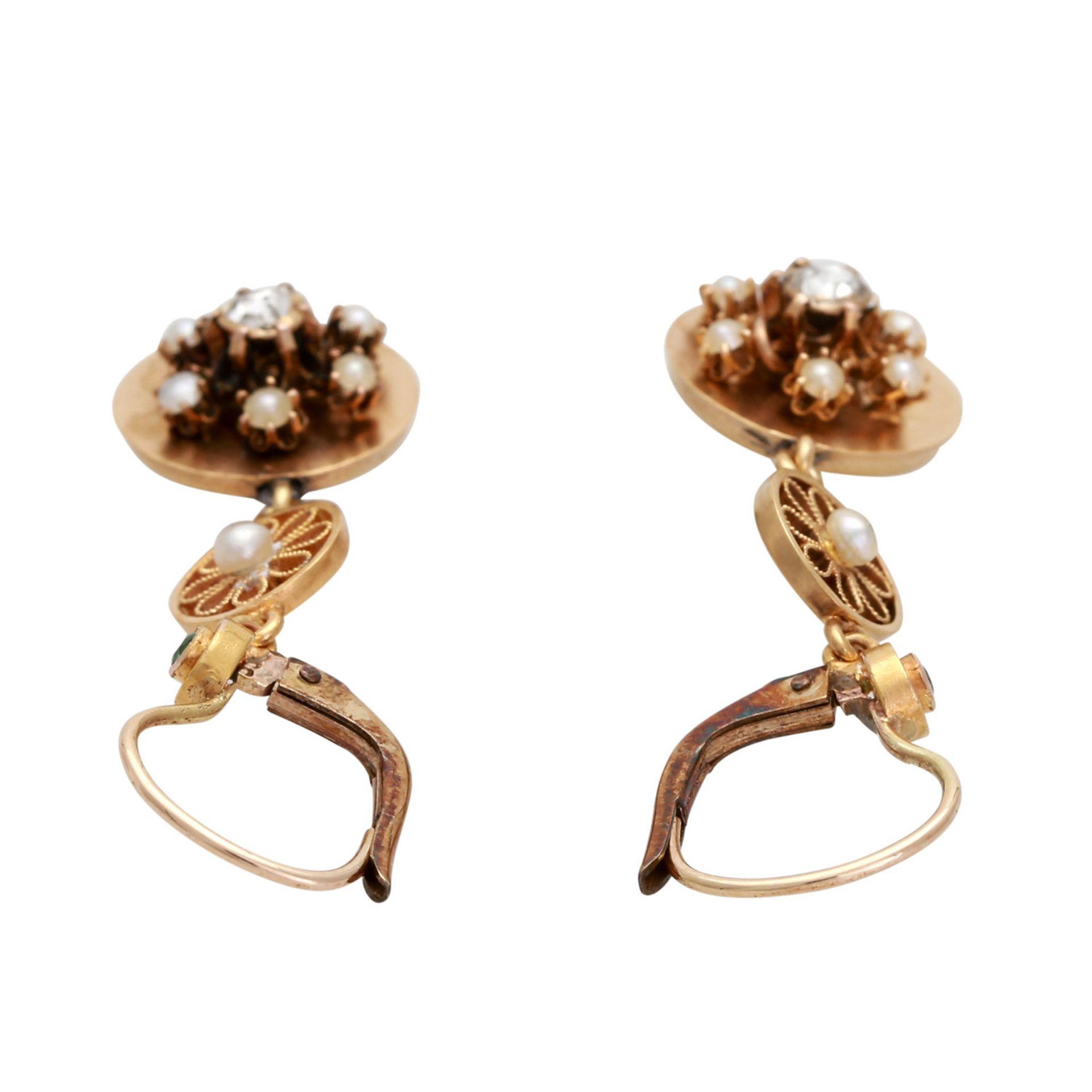 Los 165 - Ohrhänger mit je 1 Diamantrose, 1 Smaragd und 1 Perle, sowie 6 Halbperlen, Roségold 14K, filigrane