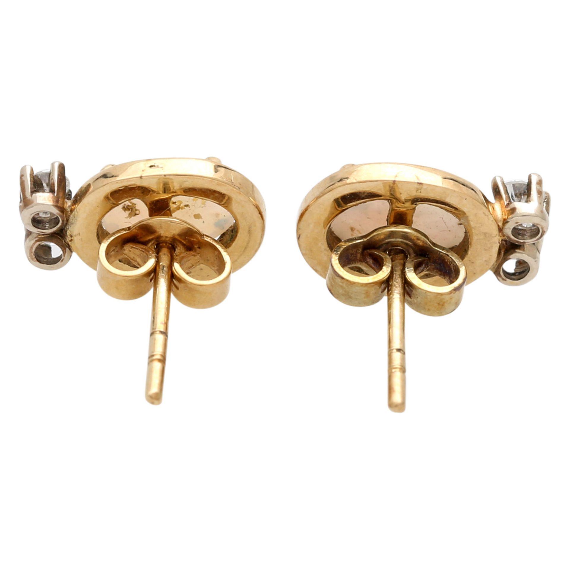 Los 95 - Paar Ohrstecker bes. mit je einem Opal sowie je zwei Brillanten zus. ca. 0,2 ct. GG 14K.