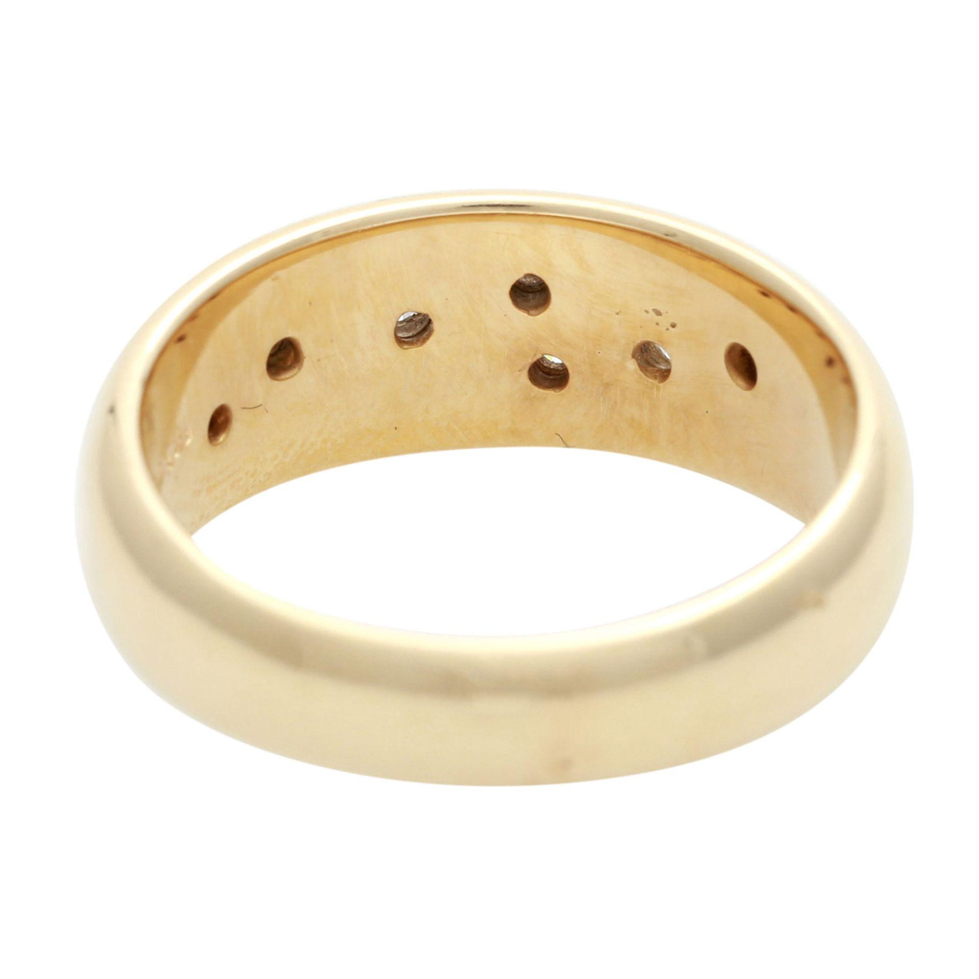 Los 140 - Ring besetzt mit 7 Brillanten, zus. ca. 0,21 ct, WEIß (H) / SI, GG 14K, RW 54,5, Bandring mit