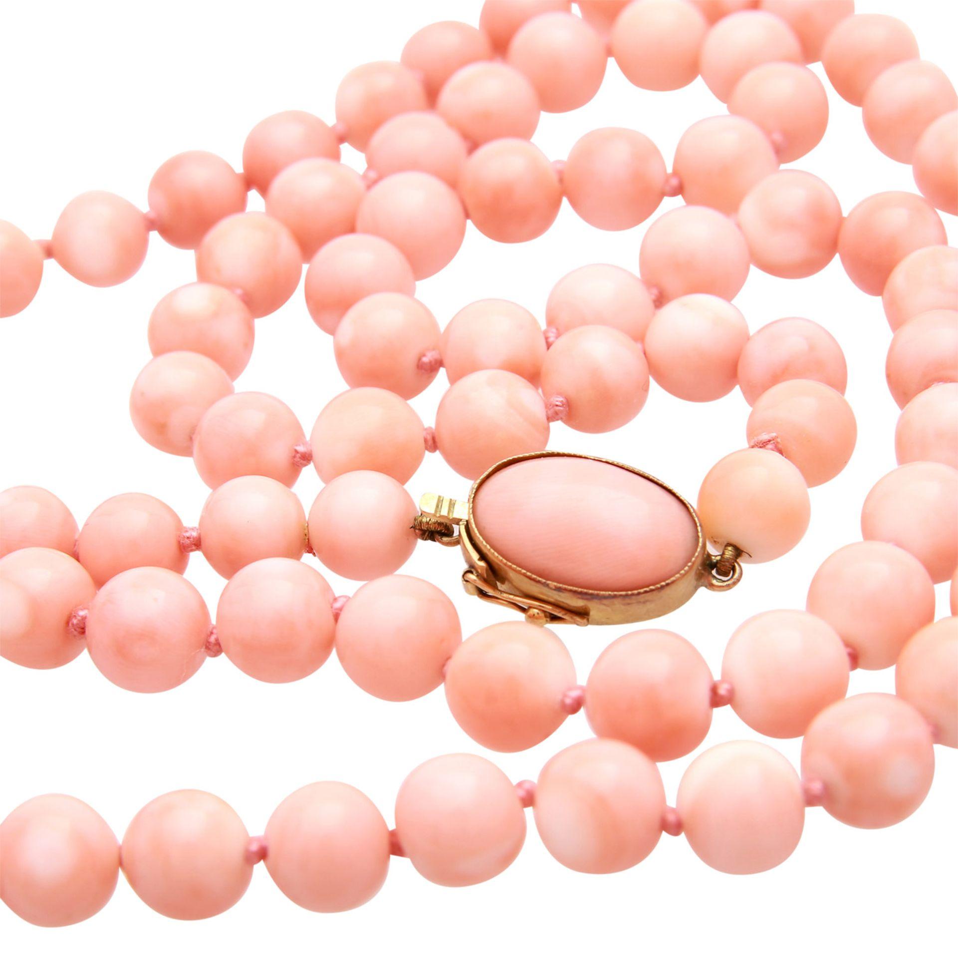 Los 114 - Lange Halskette aus feinen Edelkorallen-Kugeln, rosa-apricot-weiß meliert mit schönem Glanz. D: 7,