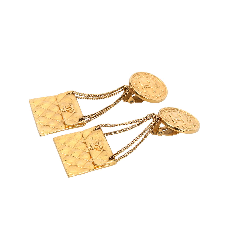 Lot 46 - CHANEL VINTAGE Modeschmuck-Ohrclips.Logo-Plakette, an Ketten hängende Taschen mit Rauten-Prägung.