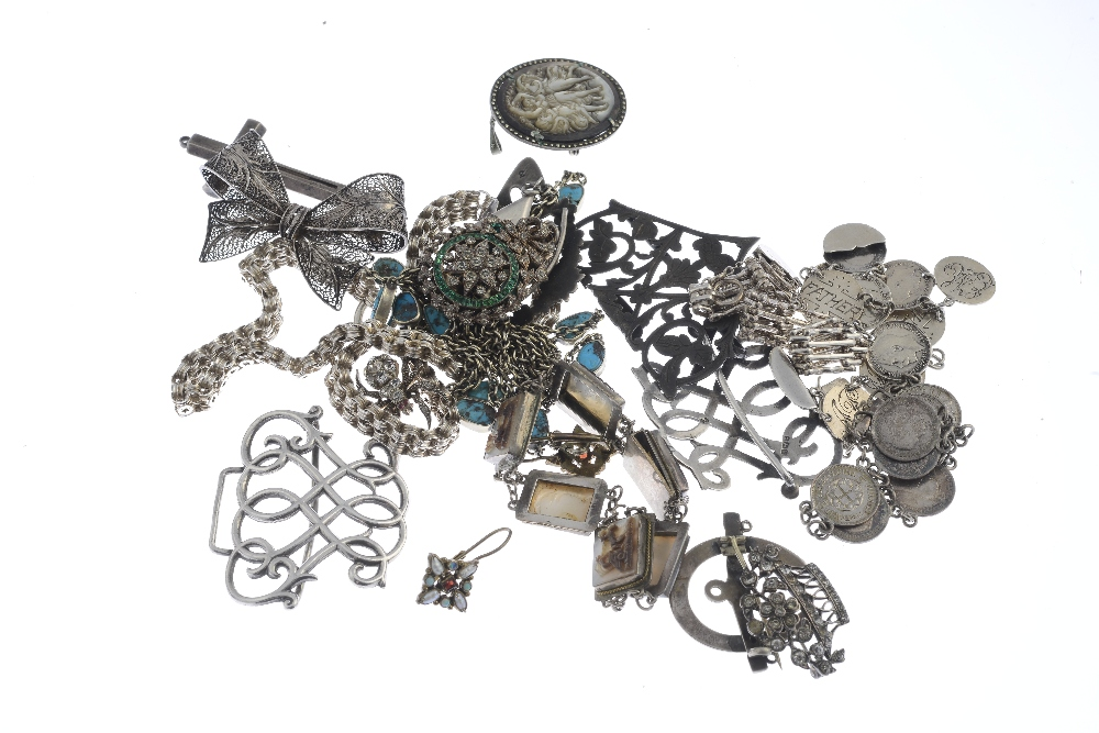 Lot 18 - A selection of Late Victorian and later silver and white metal jewellery. To include a late