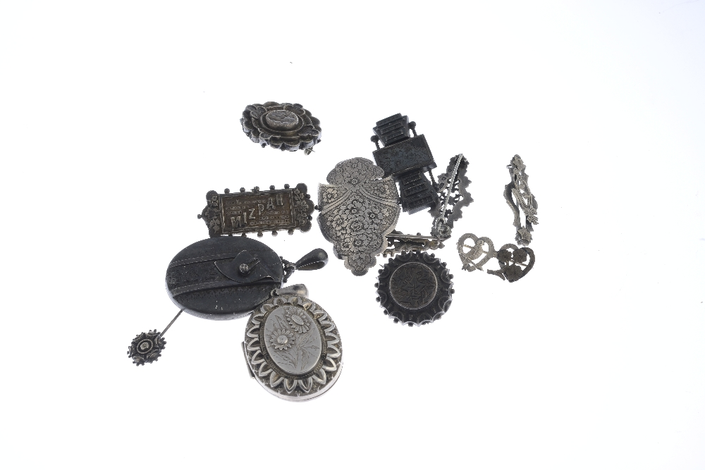 Lot 31 - A selection of silver and white metal jewellery. To include a brooch of circular outline featuring