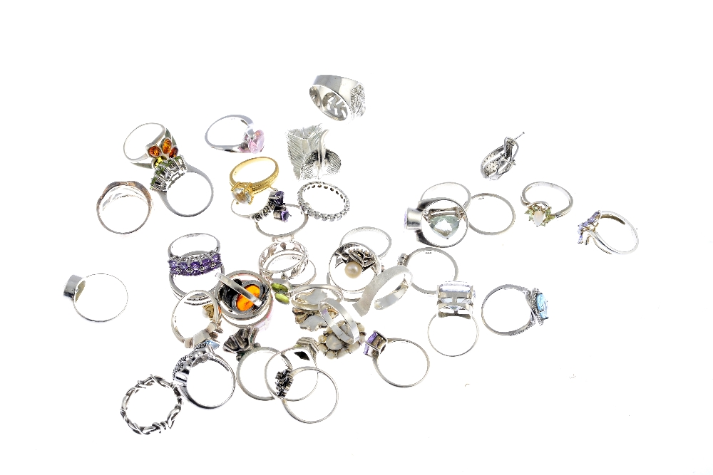 Lot 6 - A selection of silver and white metal rings. To include an amethyst cluster ring of asymmetric