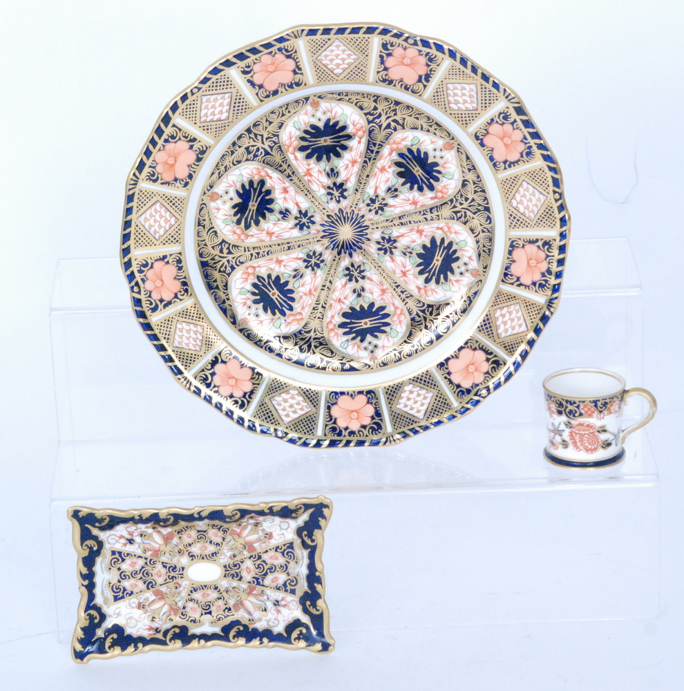 Lot 52 - Three pieces of Royal Crown Derby Imari comprising a cabinet plate in pattern 1126, diameter 22.