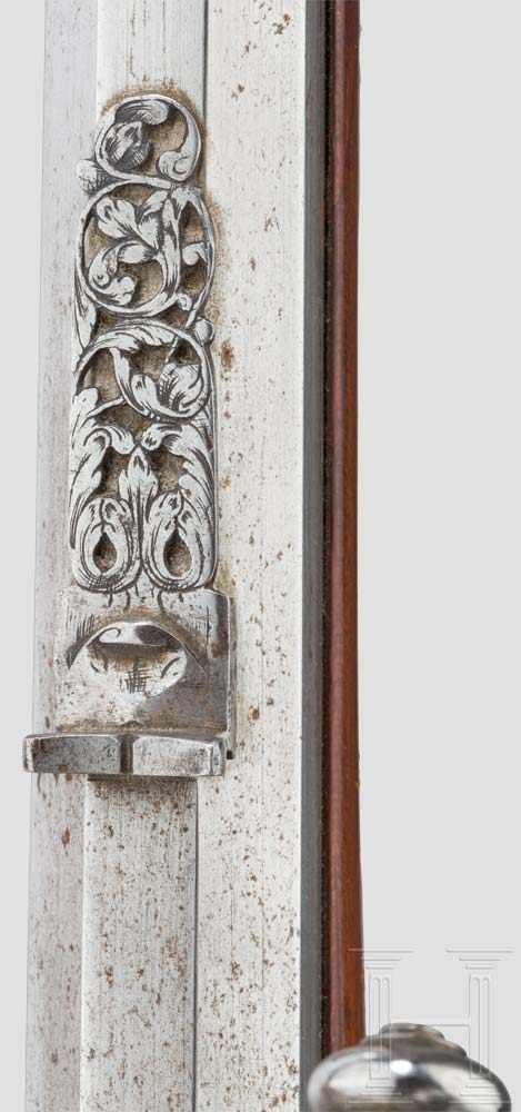 Lot 59 - Ein Paar verbeinte Radschlossbüchsen, süddeutsch, um 1680 Schlanke achtkantige, mittig leicht
