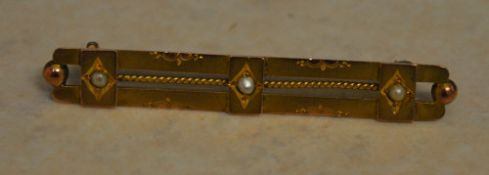 Edwardian 9ct gold bar brooch inlaid with 3 small seed pearls, total approx weight 2.