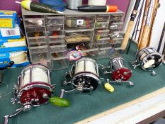 A GOOD LARGE COLLECTION OF FISHING REELS, RODS, AND LURES TO INCLUDE FOUR LARGE SEA FISHING REELS BY