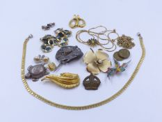 A SELECTION OF COSTUME JEWELLERY TO INCLUDE A PAIR OF VINTAGE TIFFANY EAR STUDS.
