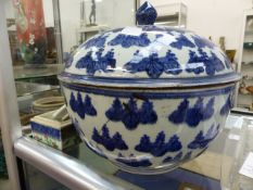 A LARGE CHINESE BLUE AND WHITE COVERED BOWL. DIA.28cms, A FAMILLE ROSE EXPORT PLATE, A SMALL CELADON