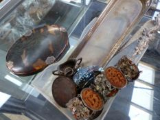 A GEORGIAN SILVER MOUNTED TORTOISESHELL MAGNIFYING GLASS, A SMALL SILVER PIN TRAY, AN ORIENTAL