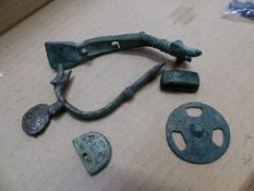 A GOOD COLLECTION OF ROMAN ARTEFACTS TO INCLUDE BRONZE FITTINGS, JEWELLERY, A BONE RING, TWO ROMAN