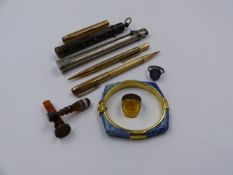 TWO 9ct GOLD PENCILS, AN 1889 REMODELLED SOVEREIGN RING, TWO HARDSTONE SEALS, A TRIPLE SHAFT