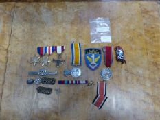 A SMALL COLLECTION OF FIRST AND SECOND WAR BRITISH AND GERMAN MEDALS, CAP BADGES, CLOTH BADGES ETC.