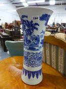A CHINESE BLUE AND WHITE LARGE BEAKER FORM VASE DECORATED WITH FIGURES IN LANDSCAPE SETTINGS. H.