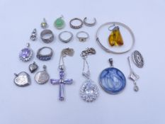 A SELECTION OF SILVER JEWELLERY TO INCLUDE LOCKETS, RINGS, ETC.