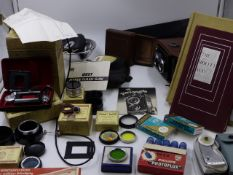 A FRANKE & HEIDECKE ROLLEICORD CAMERA IN ORIGINAL BOX AND COMPLETE WITH VARIOUS ACCESSORIES AND