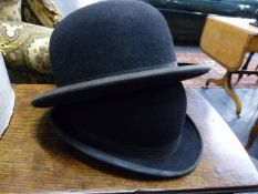 A QTY OF VINTAGE HATS TO INCLUDE A RIDING HAT, TOP HAT, ETC TOGETHER WITH A TOLE HAT BOX.