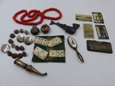 A SELECTION OF JEWELLERY TO INCLUDE A WHITE METAL JEWISH JUDAICA ARTICULATED FISH FORM BESAMIM (