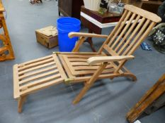 A PAIR OF GOOD QUALITY TEAK RECLINING LOUNGERS OR DECK CHAIRS WITH FOOT RESTS.