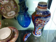 A COLLECTION OF ORIENTAL EXPORTWARES TO INCLUIDE CHINESE FAMILLE ROSE TEA BOWLS AND SAUCERS, IMARI