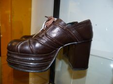 A PAIR OF ORIGINAL 1970'S PLATFORM SHOES SIZE 7.5.