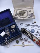 A VARIED SELECTION OF VINTAGE JEWELLERY TO INCLUDE A SILVER RUSSIAN TRINKET EGG, A 14ct GOLD GEM SET