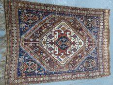 AN ANTIQUE PERSIAN QASHQAI RUG. 142 x 98cms.