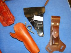 A GROUP OF VARIOUS LEATHER PISTOL HOLSTERS.