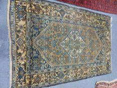 AN ANTIQUE PERSIAN HAMADAN RUG. 210 x 140cms.