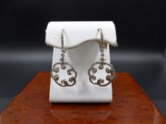 A PAIR OF 18ct WHITE GOLD AND DIAMOND FILIGREE SWIRL LEVER BACK DROP EARRINGS. COLOUR G/H, CLARITY