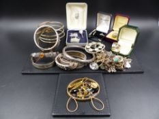 A BROAD SELECTION OF SILVER AND GOLD JEWELLERY, COLLECTABLES, ETC TO INCLUDE A CHESTER HALLMARKED