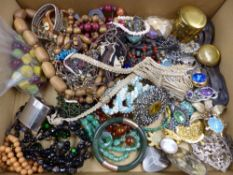 A SELECTION OF VINTAGE COSTUME JEWELLERY TO INCLUDE A JADEITE BANGLE AND PENDANT,CARNEILIAN BEADS, A