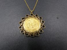 A 1922 PERTH MINT MARK FULL SOVEREIGN COIN FITTED IN A 9ct GOLD PENDANT MOUNT AND SUSPENDED ON A 9ct