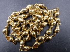 A PRECIOUS YELLOW METAL (TESTS AS GOLD) BANDED TULIP SHELL NECKLACE, CONTINUOUS LENGTH OF 36cms,
