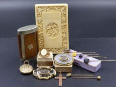 A SELECTION OF VICTORIAN AND OTHER JEWELLERY TO INCLUDE A GROUP OF MOURNING JEWELLERY PIECES, A ROSE