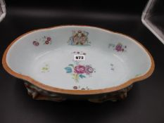 A CHINESE EXPORT FAMILLE ROSE ARMORIAL QUATREFOIL BOWL SUPPORTED ON FOUR IRON RED TINTED SHELL FEET,