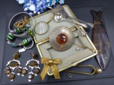 A SELECTION OF VINTAGE AND OTHER COSTUME JEWELLERY TO INCLUDE A CHRISTIAN DIOR BOW BROOCH, A PAIR OF