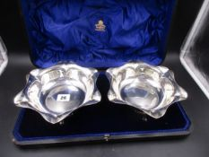 A PAIR OF EARLY EDWARDIAN SILVER HALLMARKED FLUTED DISHES PRESENTED IN A FITTED HINGED LEATHER CASE,