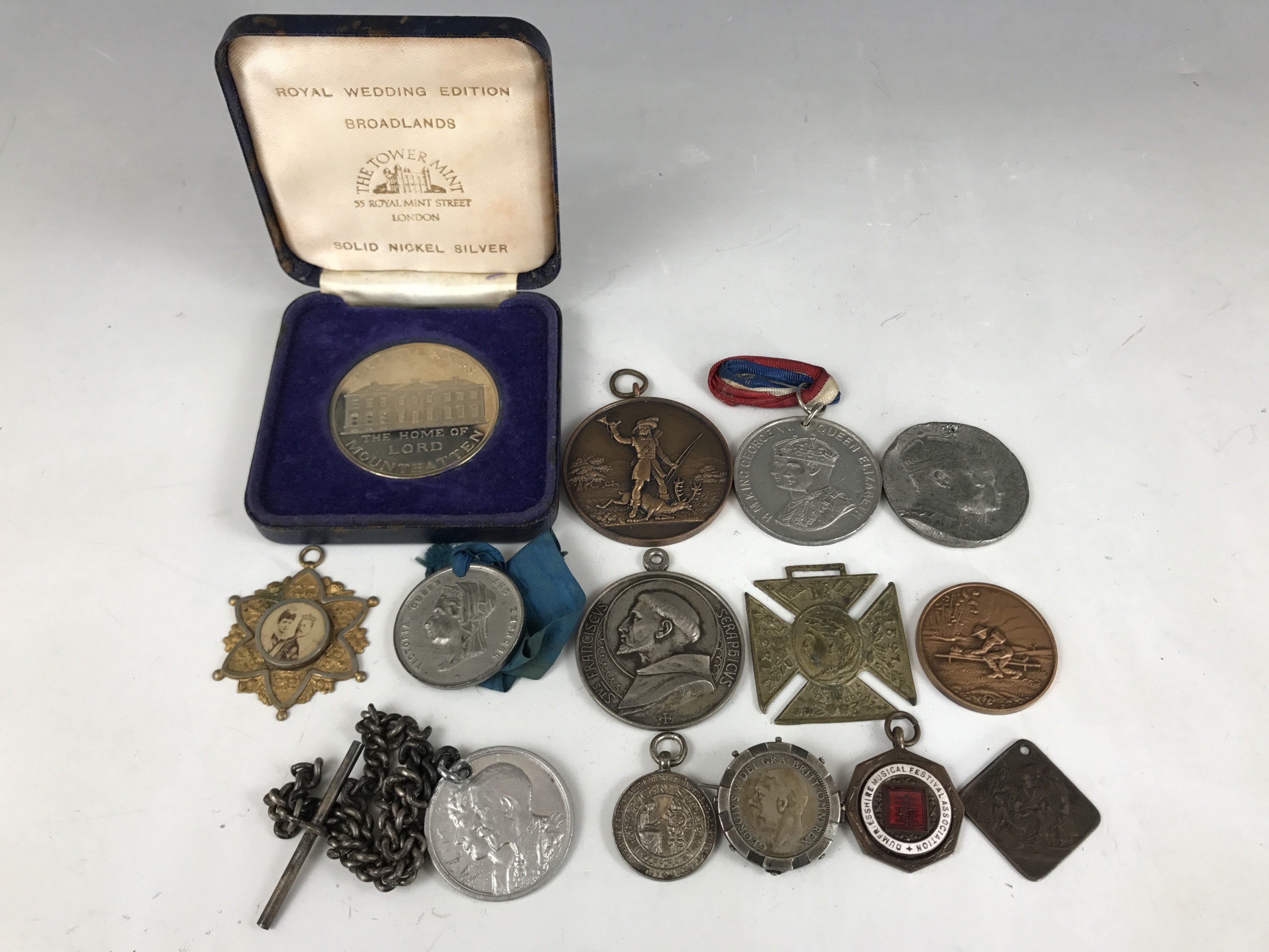 Lot 33 - A quantity of 19th Century and later Royal and other commemorative medallions etc