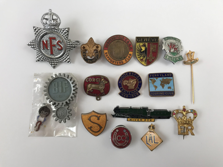 Lot 6 - A quantity of vintage button and lapel badges