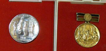 DDR, zwei Medaillen, 1 x 30 Jahre DDR 1949-1979 und 30 Jahre NVA 1956-1986. Beide in orig. Boxen.