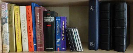 Konvolut Münzkataloge, Coinbook Cds sowie 3 Alben gefüllt mit Echtheitsgarantien, Besitzurkunden,