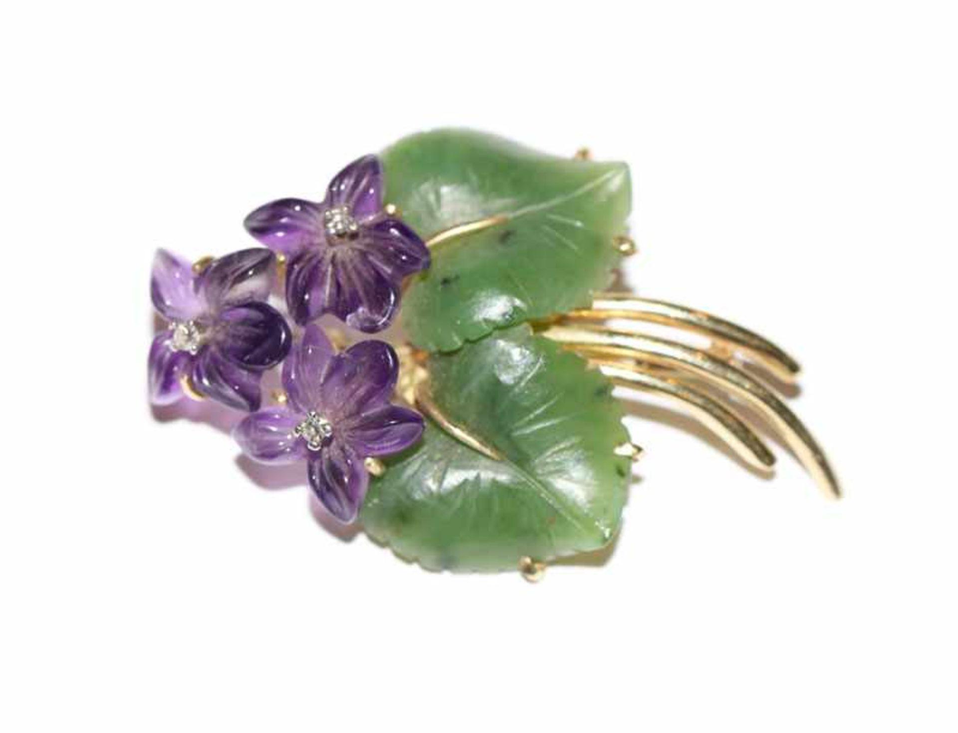 Los 5 - 14 k Gelbgold Veilchen Brosche mit Jade-Blätter und Amethyst-Blüten mit je einem Diamant, 10,7